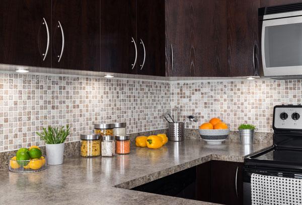 kitchen features under cabinet lighting